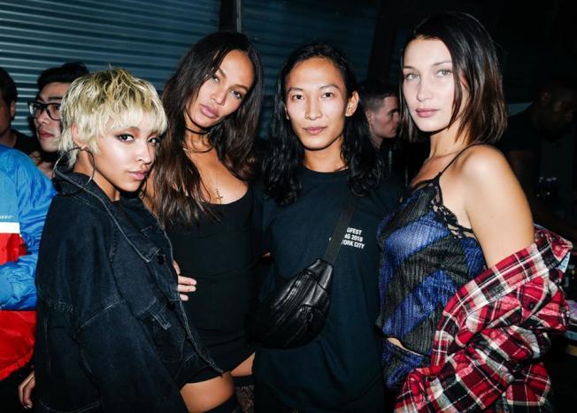 歌手蒂娜雪(Tinashe,左一)、祖安‧史摩(左二)和貝拉哈蒂德(右一)都出席了王大仁(右二)9日的時裝展。(取自Alexander Wang臉書)