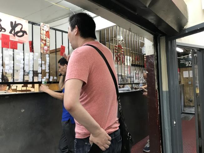 外州、邊境抓無證客多,去職業介紹所找工作的華裔打工者不敢找離紐約州遠的工。(記者俞姝含/攝影)