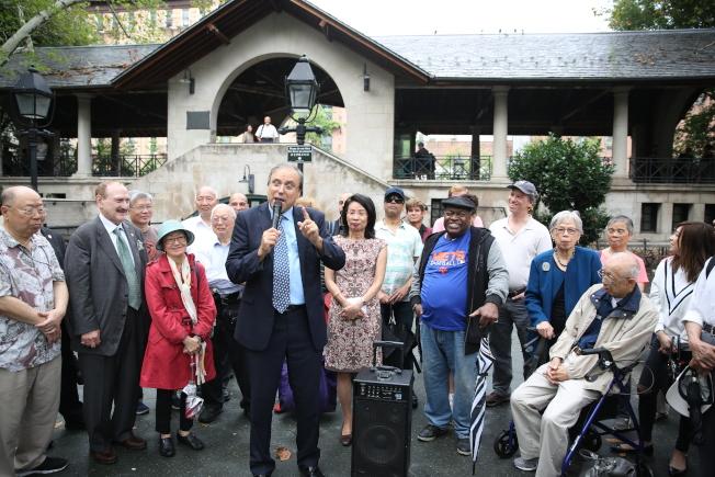 聯合民主黨及諸多華社人士背書支持「老朋友」郭亞倫競選州參議員。(記者洪群超/攝影)