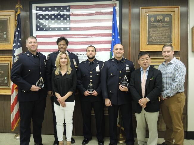 哈里森(後排)、顧雅明(右二)、派翠吉(前左二),向警員頒發「本月最佳警員」獎牌。(記者朱蕾/攝影)