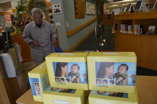 非營利組織First 5 California 13日在屋崙華埠亞裔圖書館發放中英文雙語材料,鼓勵父母培養孩子的雙語能力。(記者劉先進/攝影)