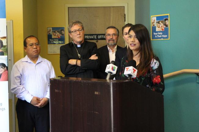 夢想生奧洛西歐(Nancy Orocio,右)希望更多的夢想生克服對政府的恐懼。(記者張毓思/攝影)