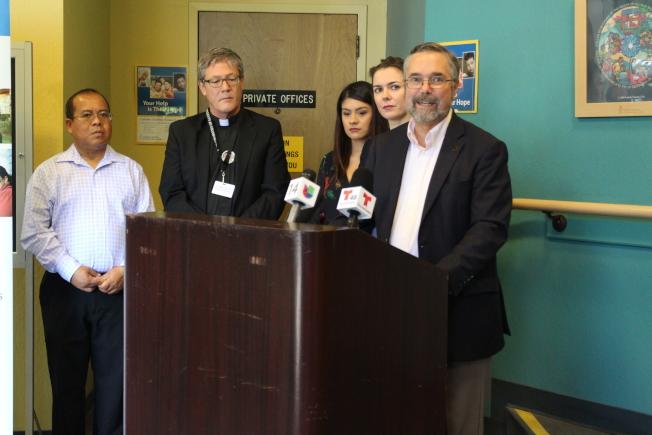 聖他克拉拉縣天主教教會(Catholic Charities of Santa Clara County)執行長凱菲利(Gregory R. Kepferle,右)宣布,將在16日舉辦DACA工作坊。(記者張毓思/攝影)