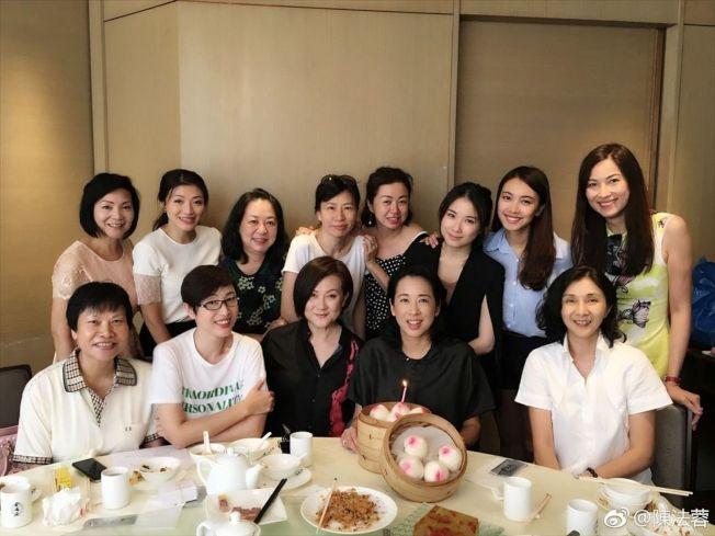 朱玲玲(前排右二)歡度59歲生日,陳法蓉(前排左二)等昔日港姐都來慶賀。(取材自微博)