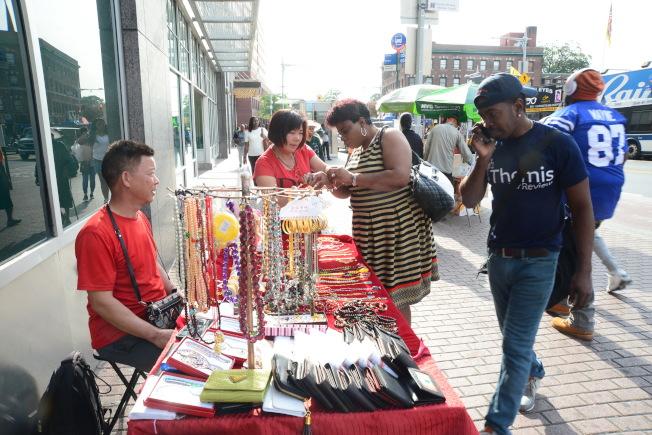 華裔夫婦在牙買加大道擺攤,生意不錯。(記者許振輝/攝影)