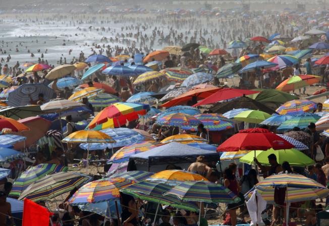 布朗州長會簽署加州州立海灘與公園禁抽大麻、禁抽菸與電子菸提案嗎?每年湧入加州州立海灘與公園的遊客數以百萬計。(洛杉磯時報)