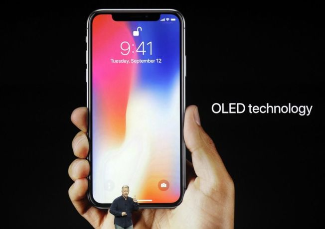 蘋果12日發表最新iPhone,其中最受矚目的iPhone X,更是被執行長庫克稱為「智慧手機的未來」。iPhone X在規格等方面都有重大突破。(美聯社)