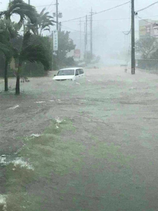 泰利颱風襲捲日本沖繩諸島,24小時內在宮古市降下50年來最多的雨量,有關當局警告恐爆發山崩與大浪。圖擷自推特