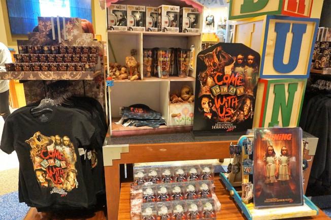 丹利庫柏力克經典作品「鬼店」是今年熱門,相關產品也在園內熱賣。(記者馬雲/攝影)