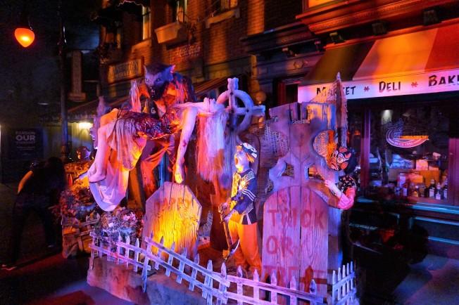 「萬聖節驚魂夜」各種血腥場景在環球影城內隨處可見,13歲以上才許入內。(記者馬雲/攝影)
