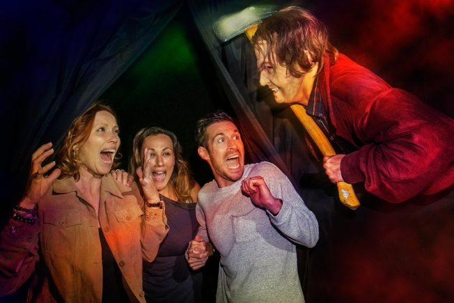 「鬼店」中傑克尼柯遜飾演的主角拿著斧頭到處砍人,遊客也會在鬼屋內經歷這場噩夢。(環球影城圖片)