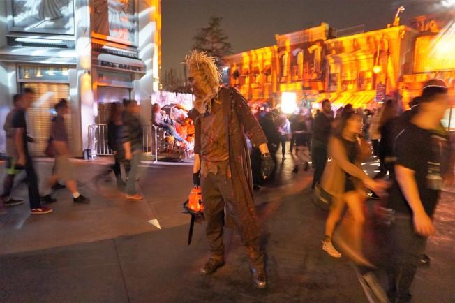 要想到達鬼屋都要經過很多街道,常常有各種演員衝出來嚇人。(記者馬雲/攝影)