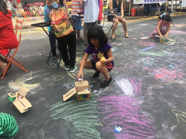 小朋友們在兒童區享受美好時光。(記者李碩/攝影)