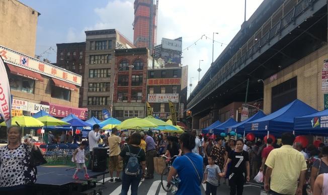 第四屆「中秋佳節周末行」在華埠科西街夾愛烈治街舉辦。(記者李碩/攝影)