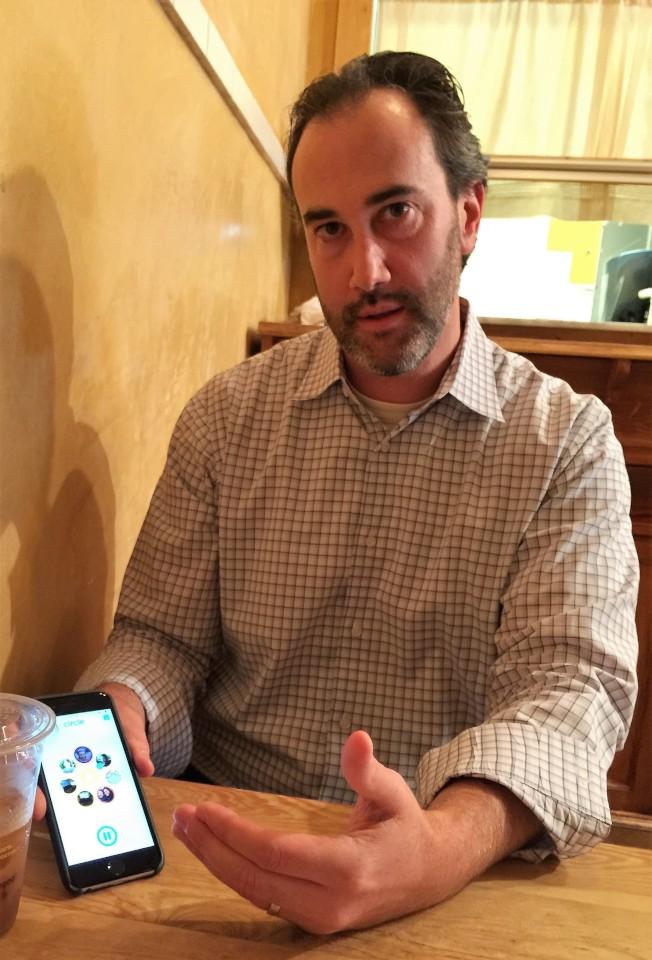 馬州蒙郡的兒童心理醫生培拉特向記者展示他常用的應用軟體Circle with Disney,家長透過該APP可設定子女能上網取得的內容、時間和通路。(特派員許惠敏/攝影)