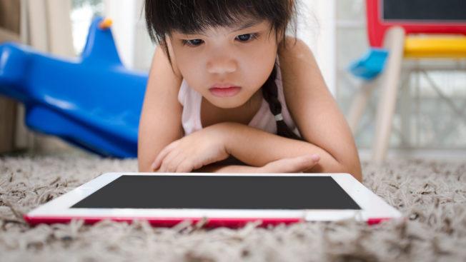 家裡有和智慧手機一起成長的孩子,學習做一個數位家長至關要緊。(取自iParent101.org)