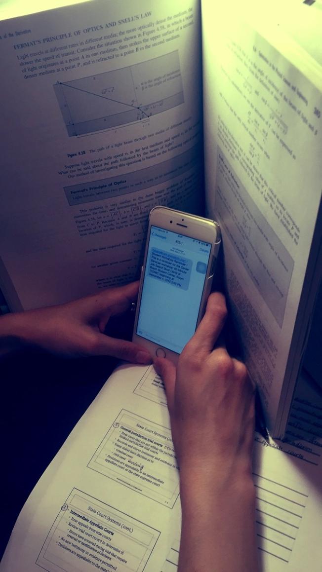 學生在校內一般禁用手機、iPad等智能移動設備,但他們總會設法「偷」用。(本報檔案照)