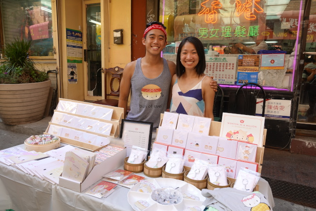 古雅莉(右)組織這場慶祝全美餃子節的華埠尋寶活動。(記者金春香/攝影)