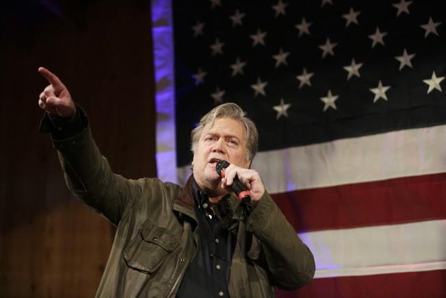 前任白宮首席策士巴農25日在阿拉巴馬州菲爾霍普市為非川普總統支持的共和黨參選人摩爾助選。(美聯社)