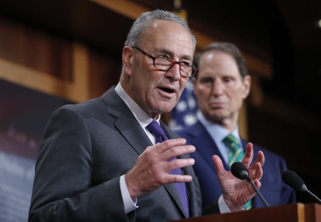 民主黨參院領袖舒默(左)代表回應川普及共和黨的稅改。(歐新社)