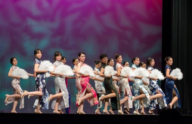 節目之一旗袍舞「女人花」。(塔城華人協會提供)