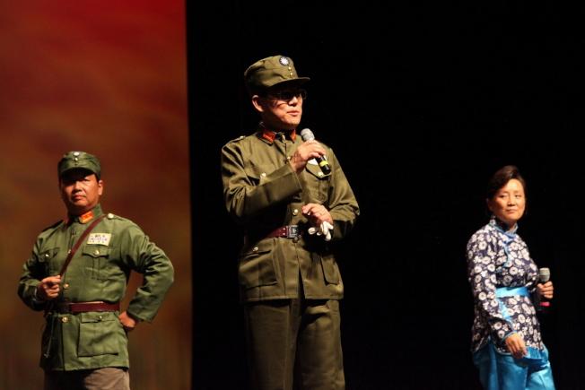 節目之一京劇「沙家濱 智鬥」,左起高學慶、 張啟波、和高東梅。(何轍/攝影)