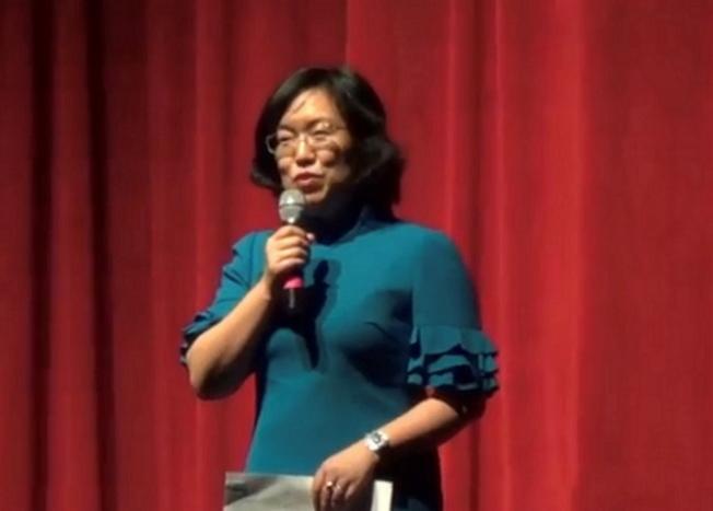 中國駐休士頓總領事館副總領事劉紅梅致詞祝賀、講解領事館的緊急救援服務、和今年國內外大事等。 (何轍/攝影)