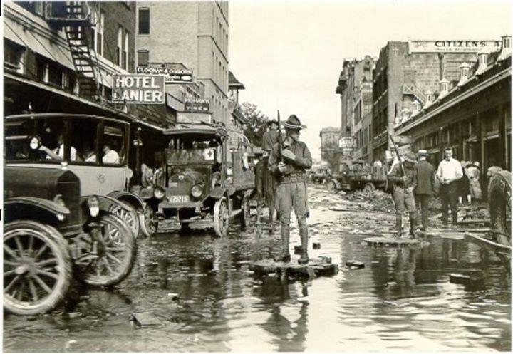 1921年9月7日,德州聖安東尼奧河(San Antonio River)因豪雨帶進大量洪水,附近城鎮成為名副其實的水城。(網路圖片)