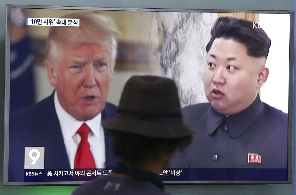 北韓11日警告,美國若堅持在聯合國嚴厲制裁北韓,北韓將動用「最後手段」對付美國。圖為首爾火車站電視播放美國總統川普和北韓領導人金正恩畫面。(美聯社)