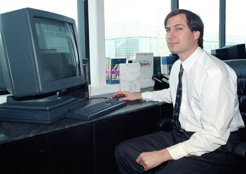 1991年4月4日,賈伯斯在自創公司NeXT Computer Inc.向媒體展示彩色電腦NeXTstation。(美聯社)