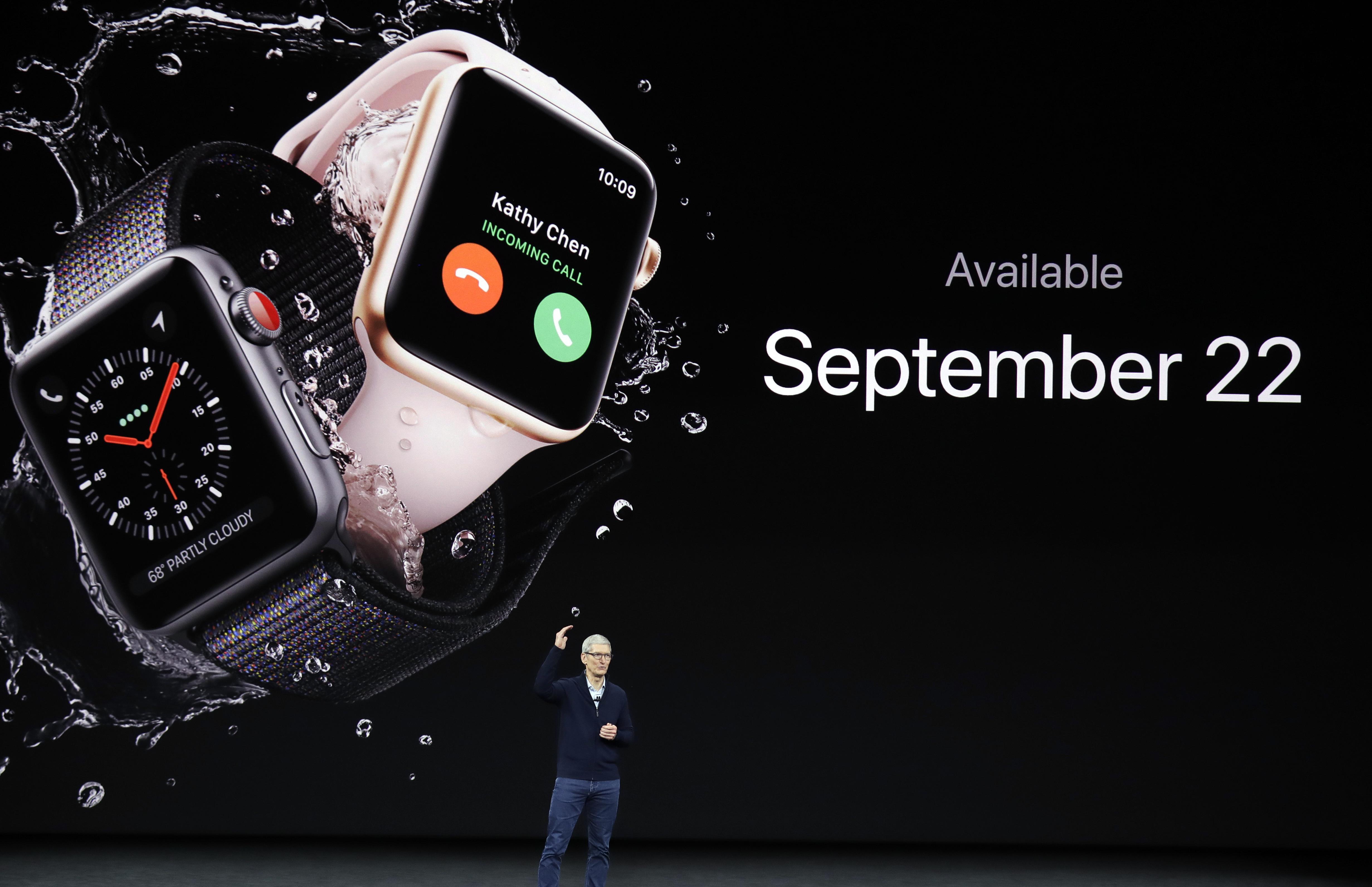 蘋果首席執行長庫克介紹Apple Watch Series 3新品。美聯社