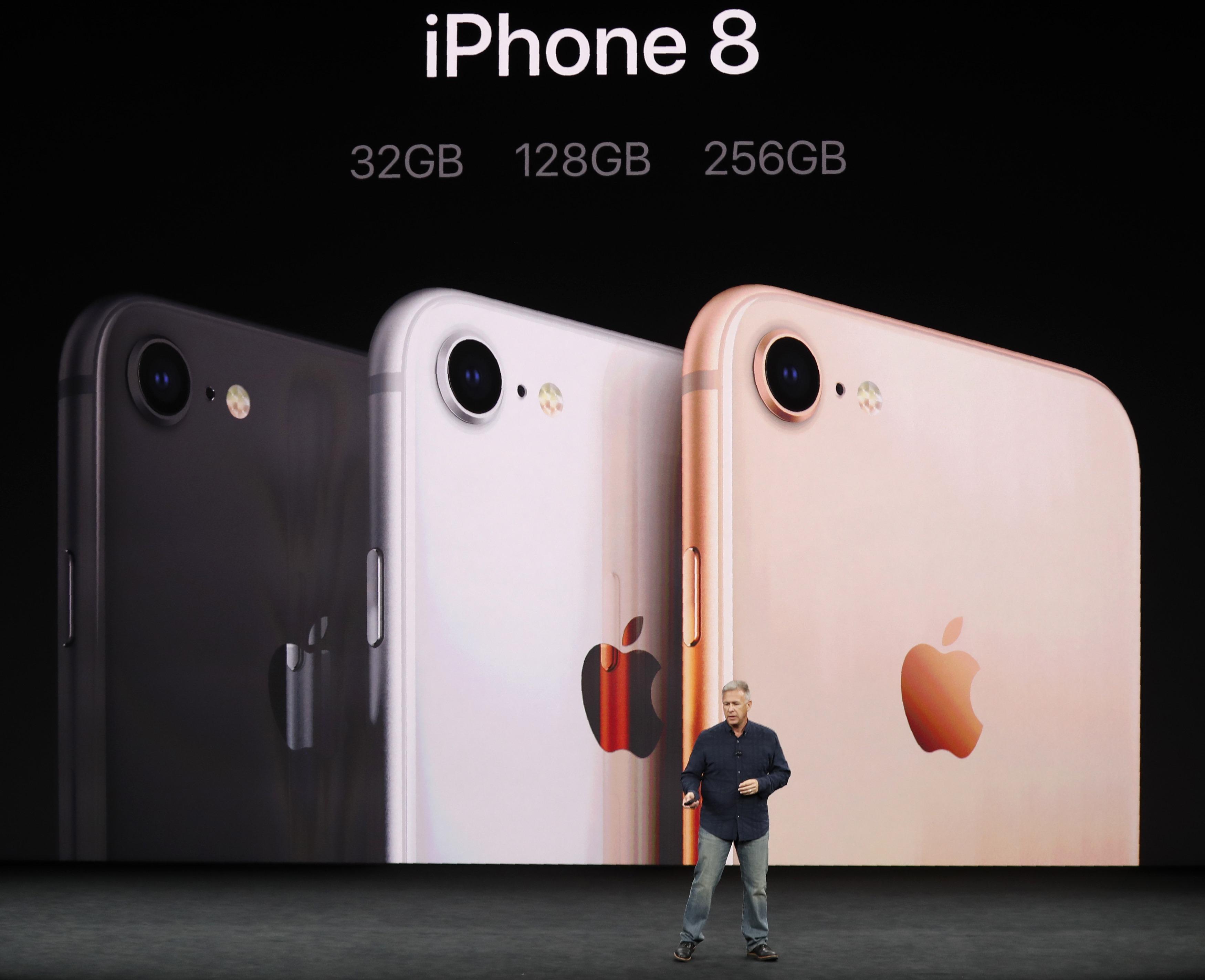 蘋果全球行銷資深副總裁席勒介紹iPhone 8。路透