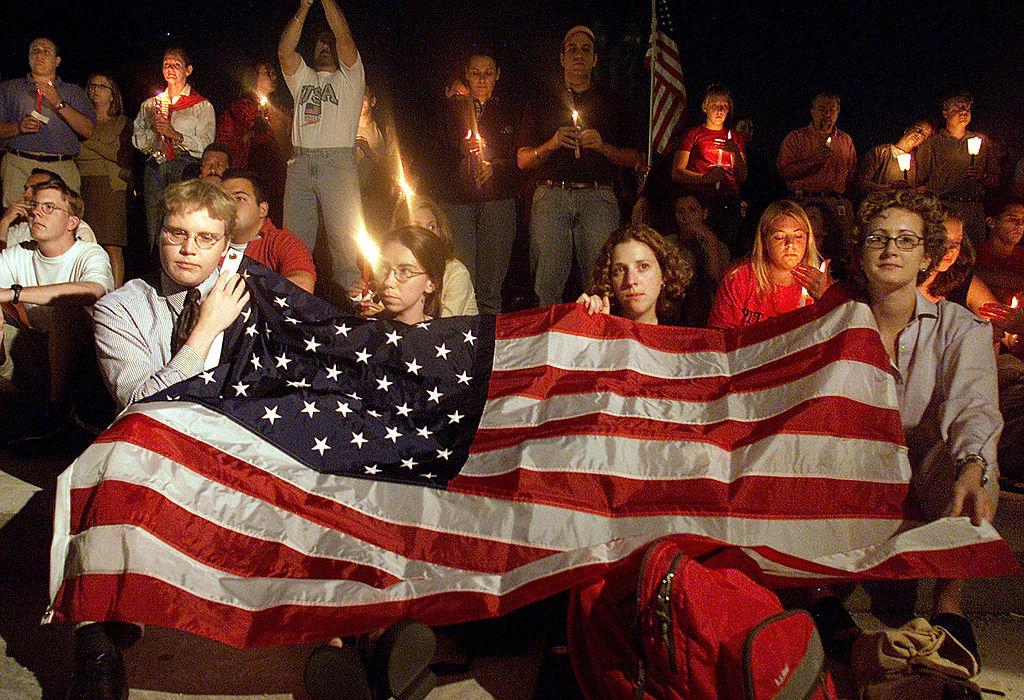 2011年911恐攻當天,華府民眾在華盛頓守夜,撫慰罹難者、傷者與救難人員,為美國祈禱。(Getty Images)