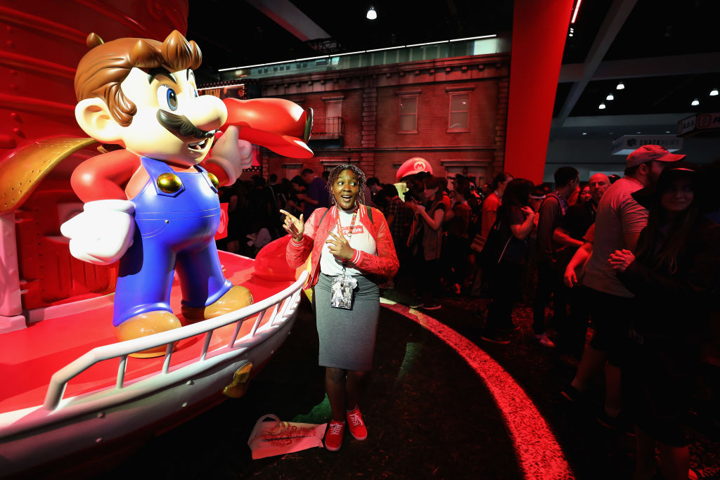 洛杉磯的電玩展,許多人都排隊要與瑪莉歐照相。(Getty Images)
