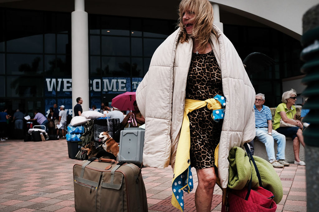 民眾撤離帶著重要家當。(Getty Images)