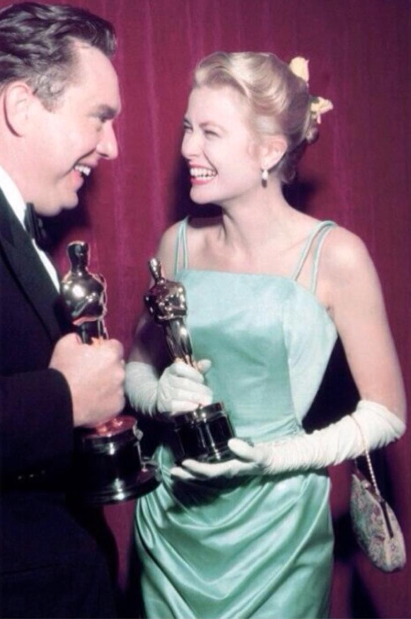 1954年,葛麗絲凱莉 (右) 因主演電影《鄉下姑娘 (The Country Girl)》榮獲奧斯卡最佳女主角大獎。(網路圖片)