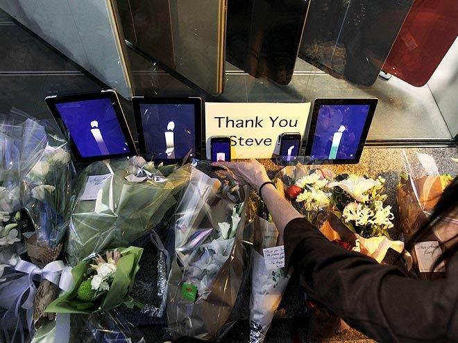 賈伯斯逝世後不久,位於加州的蘋果公司商店放滿紀念蠟燭、鮮花和iPad。(WikiCommons)