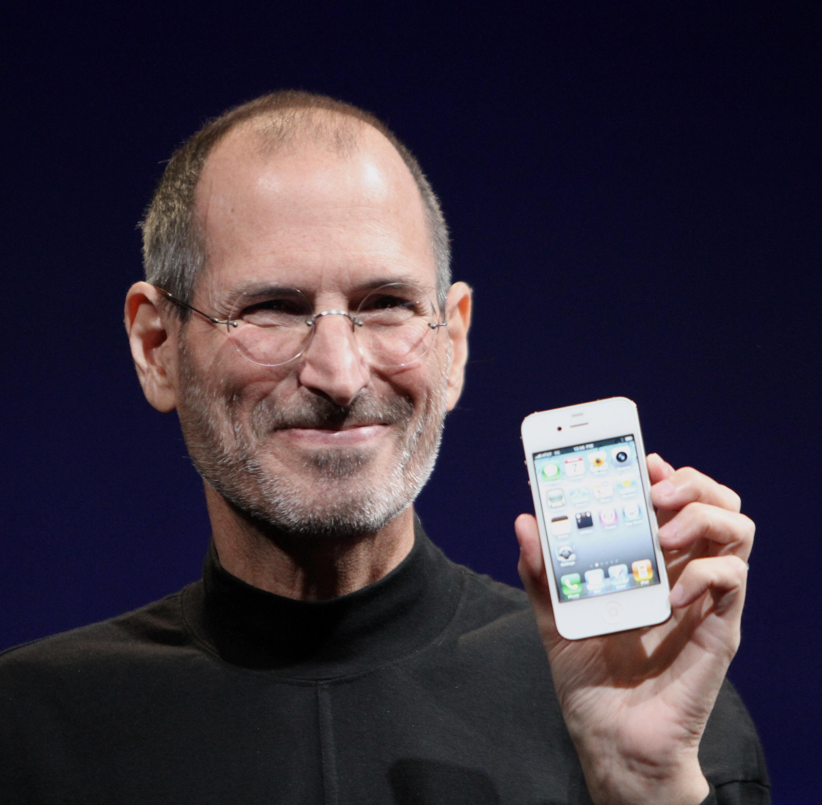 賈伯斯在2010年蘋果發表會展示iPhone4。(WikiCommons)