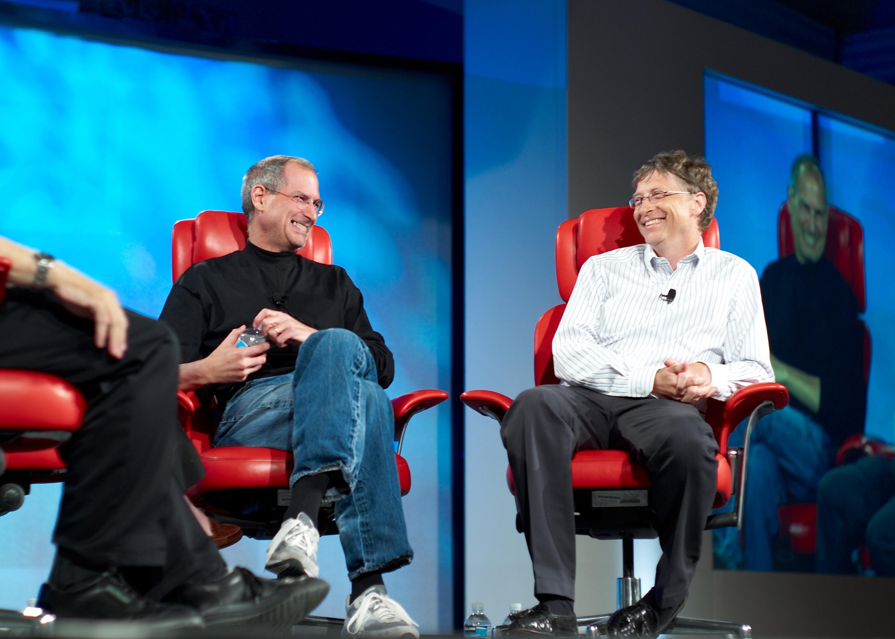 2007年5月,賈伯斯和微軟創辦人比爾蓋茲(Bill Gates)在數位會議All Things Digital一同受訪。(WikiCommons)
