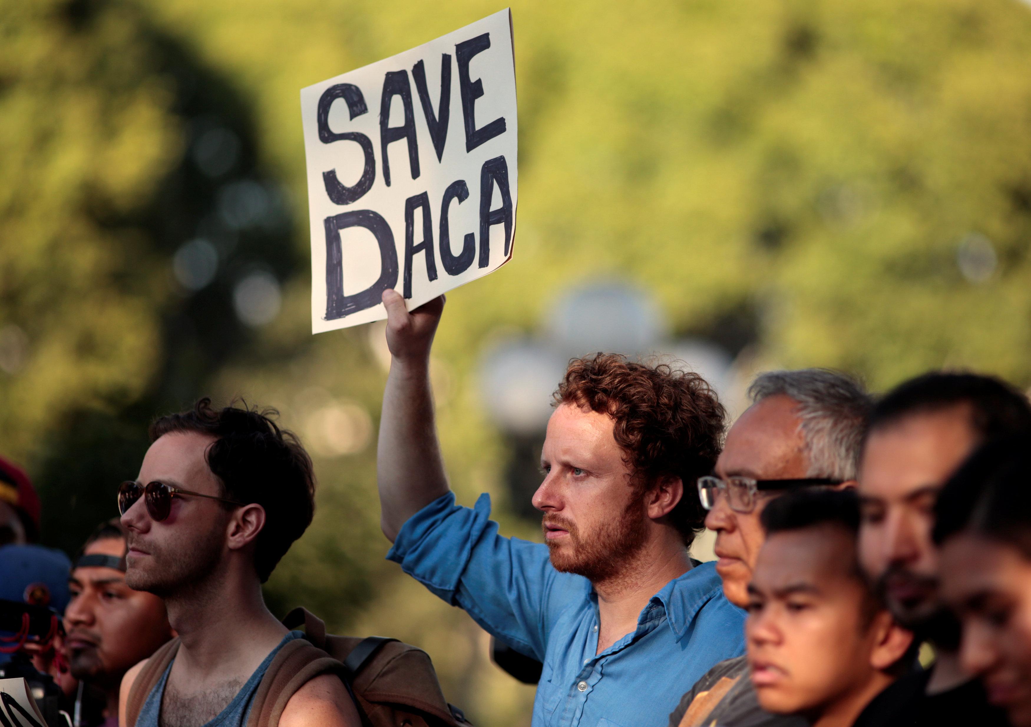 圖為支持DACA的示威者在洛杉磯街頭遊行。路透