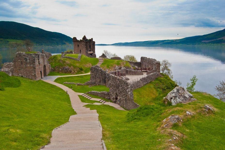 蘇格蘭尼斯湖的著名的厄克特城堡一景。(ingimage)