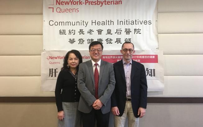 左起為紐約長老會皇后醫院華裔健康發展部主任楊明德博士、姚江林醫師與Pierre F. Saldinger醫師。(記者朱澤人/攝影)