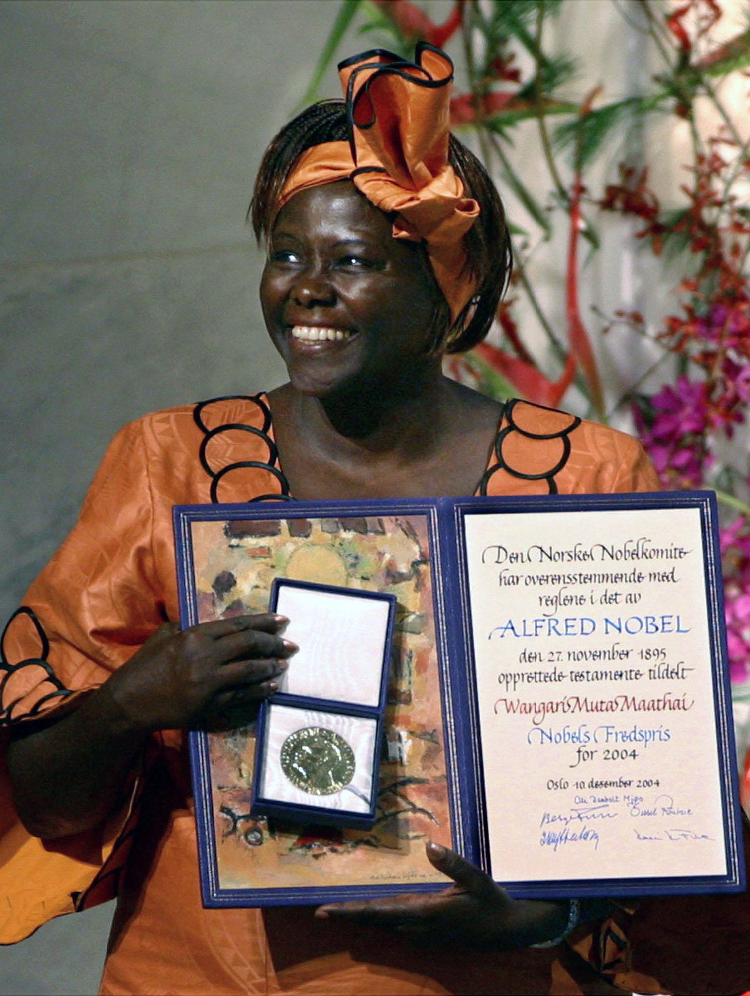 瑪泰於 2004年12月10日在瑞典奧斯陸接受諾貝爾和平獎。(美聯社)