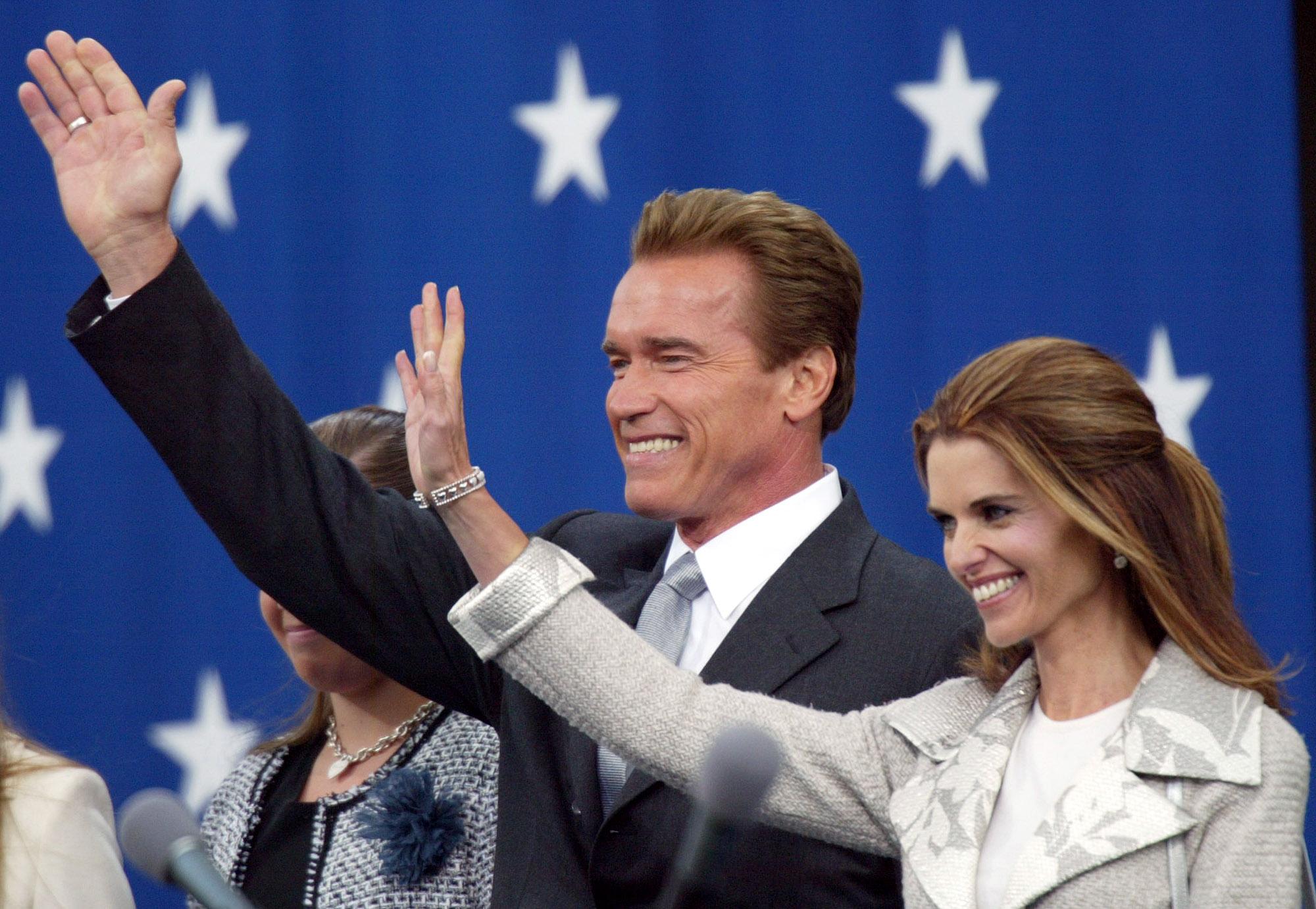 2003年11月17日,阿諾宣誓就任加州第38任州長,與妻子瑪麗亞向民眾揮手致意。(美聯社)