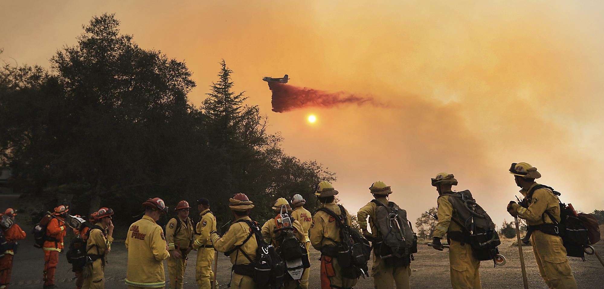 超過一萬名消防隊員正與野火搏鬥。(美聯社)