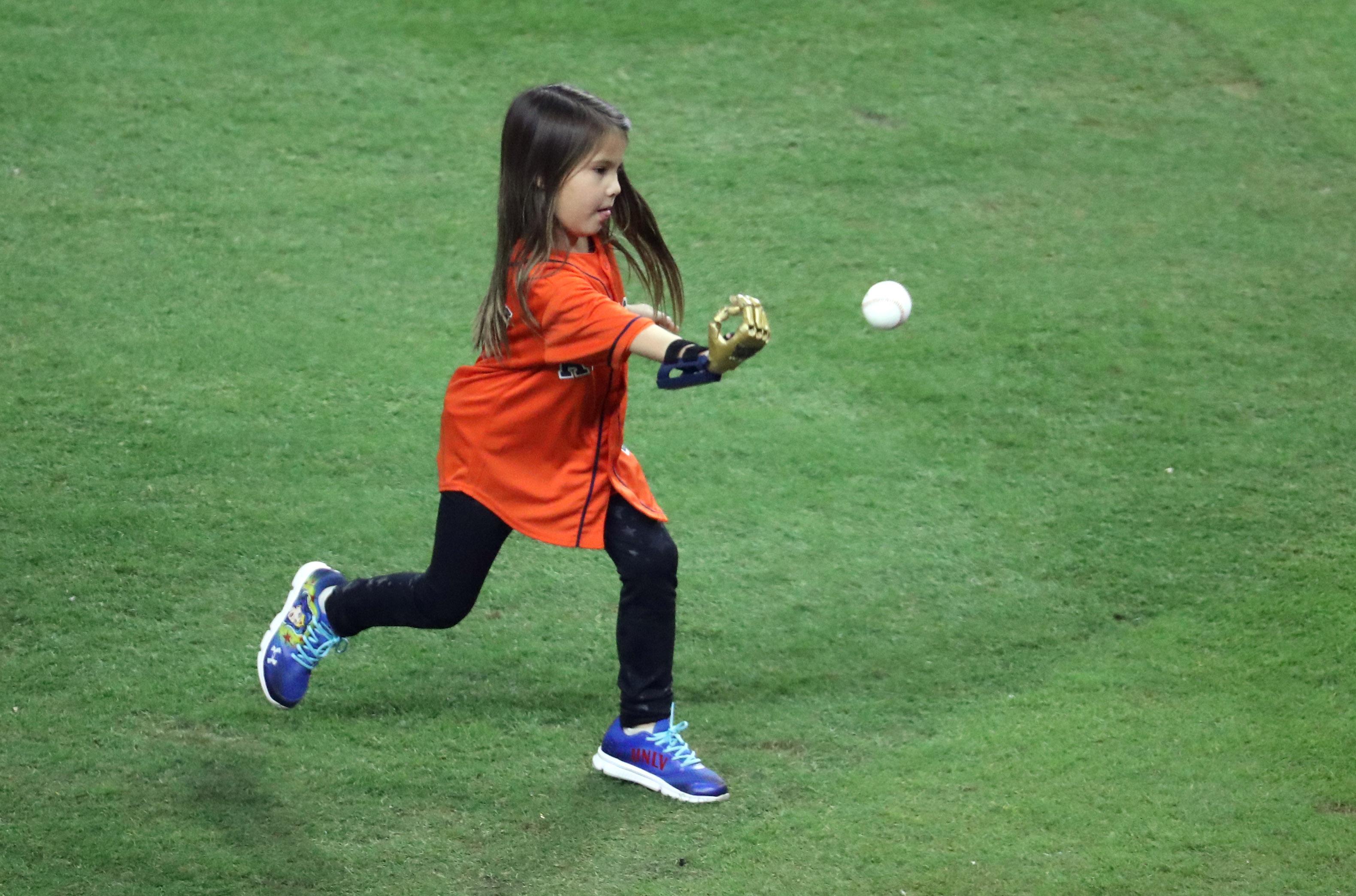 小妹妹Hailey Dawson 28日在太空人隊主場Minute Maid Park,以3D列印的右手為第四場比賽開球。(美聯社)