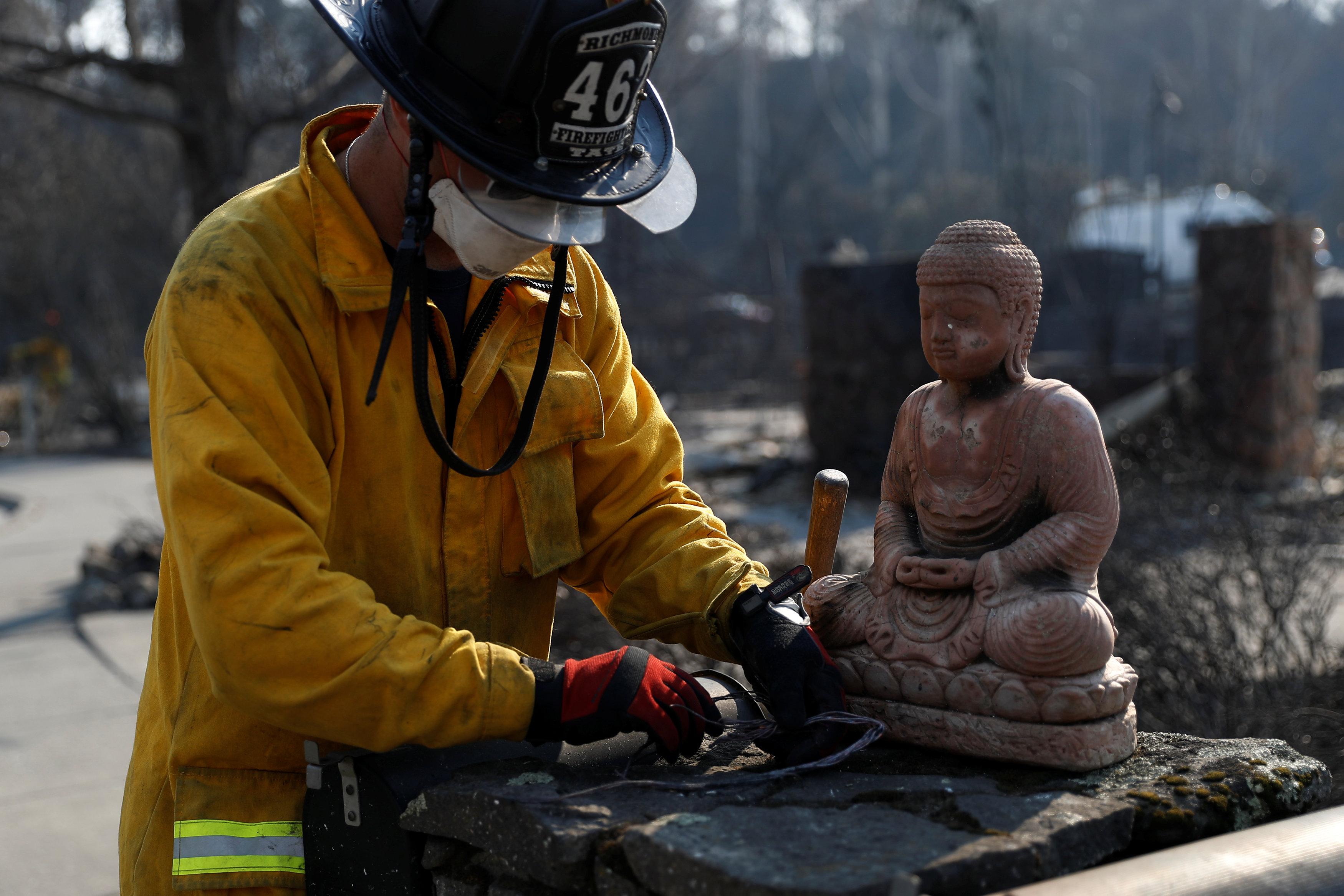 Richmond 救火員從住家救出一尊佛像。(美聯社)