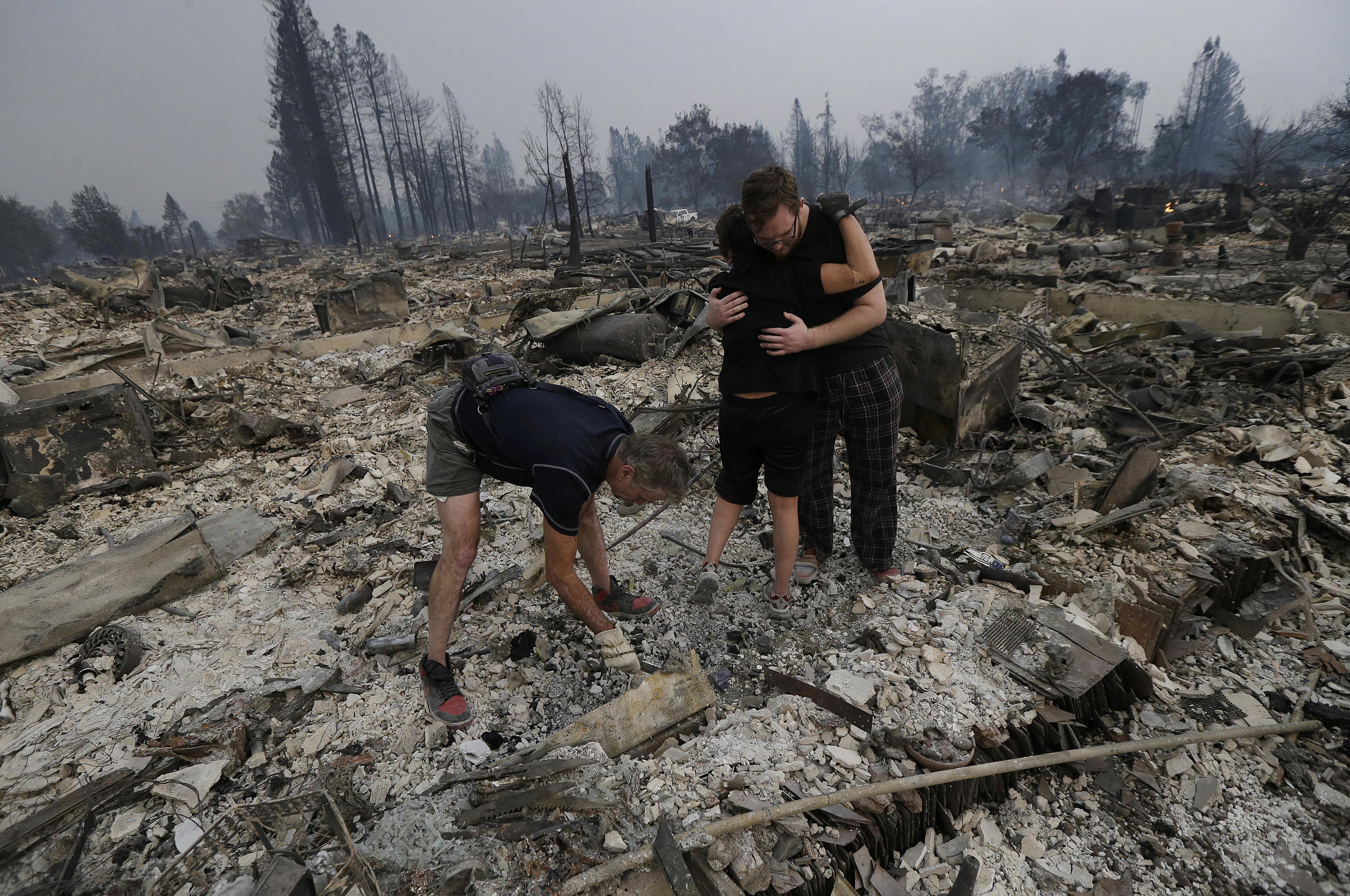 居民回到被摧毀的家園尋找物品。(美聯社)