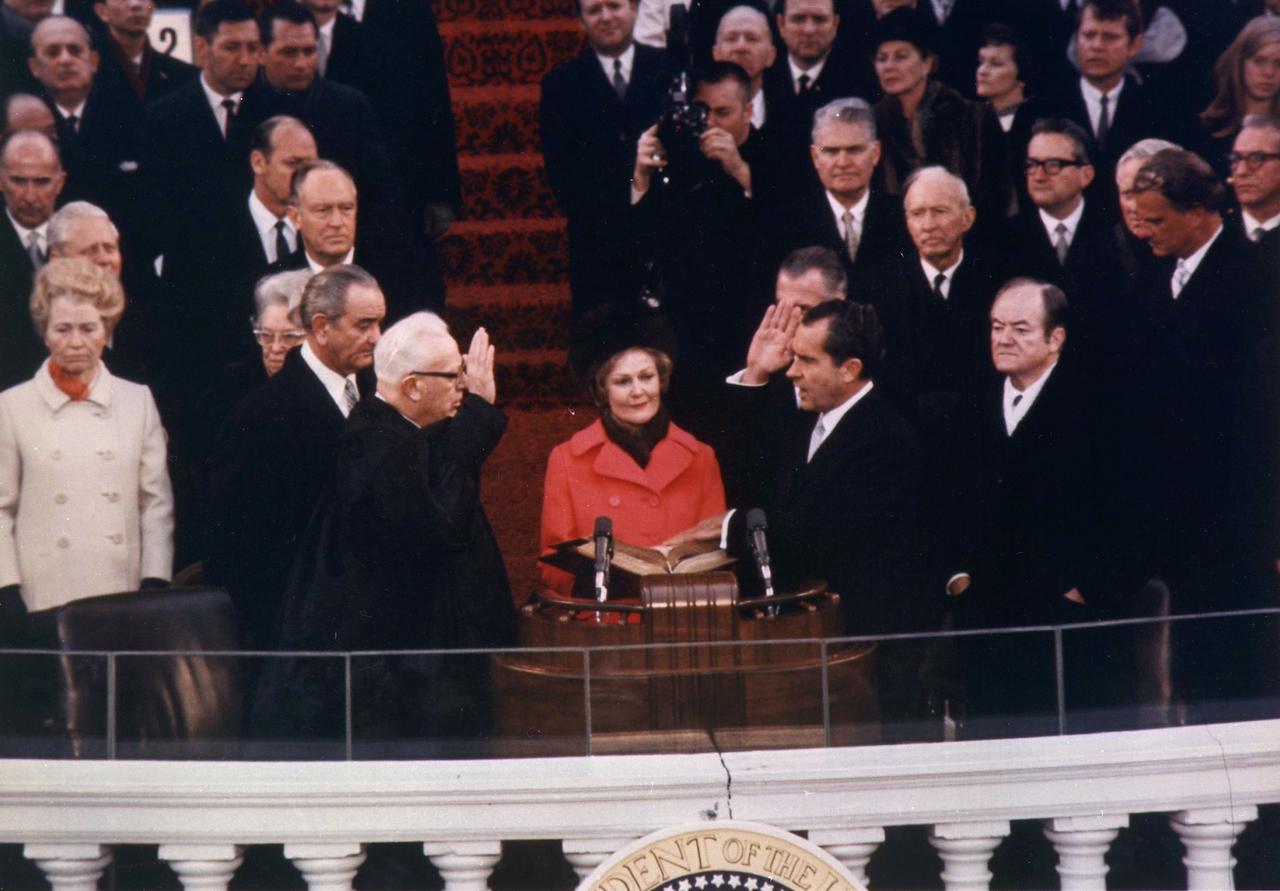 1969年1月20日,尼克森(右二Richard Nixon)宣誓成為第37任美國總統,第一夫人帕特在一旁拿著家裡的《聖經》。(WikiCommons)