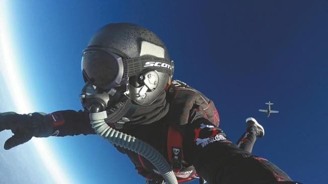 炫目的藍天,遠處的飛機,就是一幅飛翔的畫卷。(取材自華西都市報)